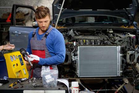 mecanico automotriz: Mec�nico en un taller Foto de archivo