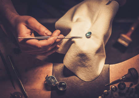 herramientas de trabajo: Escritorio para la fabricación de joyas de artesanía con herramientas profesionales.