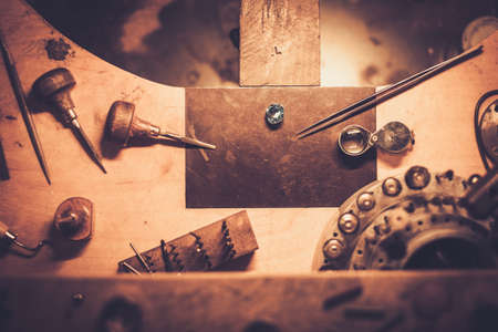 Desktop pour l'artisanat fabrication de bijoux avec des outils professionnels.