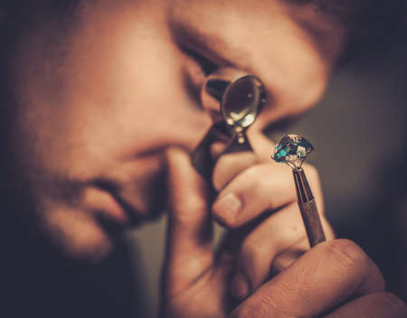 Porträt von einem Juwelier bei der Auswertung von Juwelen. Lizenzfreie Bilder