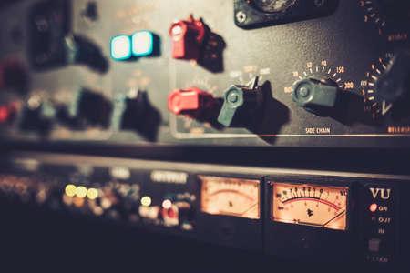 Close-up amplificateur équipement avec des curseurs et boutons au studio d'enregistrement boutique.