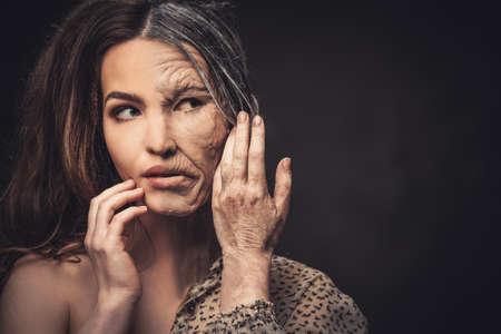 Aging und Hautpflege-Konzept. Die Hälfte alten Fach junge Frau.