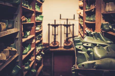 zapato: Vaus de zapato de madera dura de la vendimia en una fila en los viejos estantes. Foto de archivo