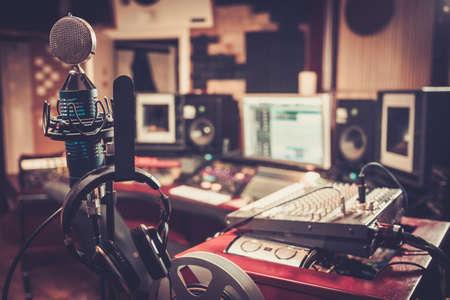 microfono de radio: Primer plano de la grabación Boutique mesa de control del estudio.