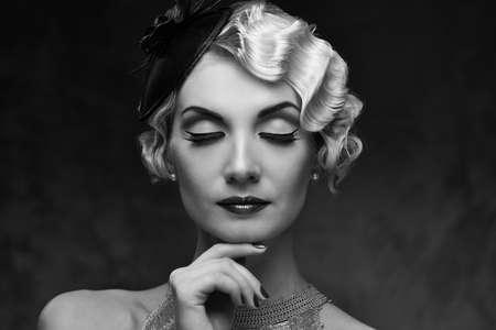hairdo: Ritratto monocromatico della donna bionda elegante retr� con bella acconciatura e cappellino