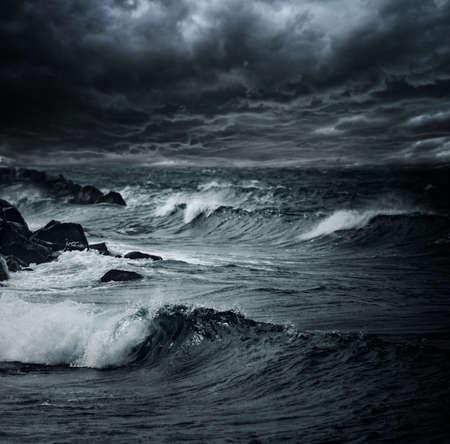 the granola: Oscuro cielo de tormenta sobre el oc�ano con olas grandes