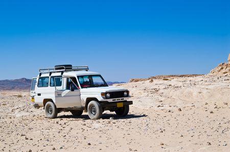 fourwheeldrive: 4x4 in the middle of lifeless desert