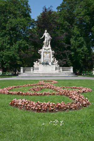 amadeus mozart: Monumento a Wolfgang Amadeus Mozart en el jard�n Burggarten, Viena, Austria. Memorial fue creado por el escultor Viktor Tilgner en 1896 y ahora se encuentra en dominio p�blico.  Foto de archivo