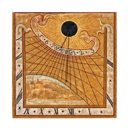 reloj de sol: Reloj de sol medieval pintado en la construcci�n de muro en Krumlov, Rep�blica Checa, aislado sobre fondo blanco