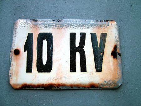 kilo: Grunge advertencias de mesa, l�mite de tensi�n de 10 kilo, una pared y borde de la mesa est�n pintadas  Foto de archivo