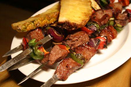고기의: Barbeque on sticks with vegetables and pine-apple on the white plate