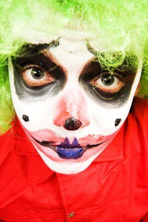 stage makeup: spooky maschile pagliaccio in fase di pesante make-up Archivio Fotografico