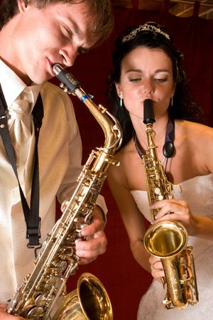 tocando musica: Reci�n casado. Pareja feliz jugando en el club de m�sica