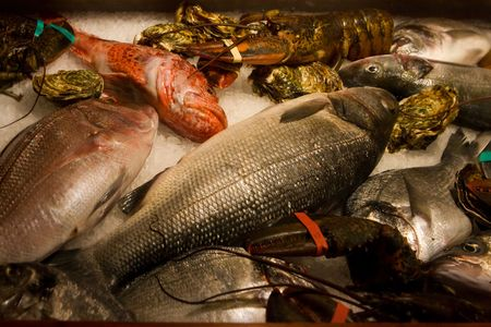 refrigerate: raw fish and cancers refrigerate on ice Stock Photo