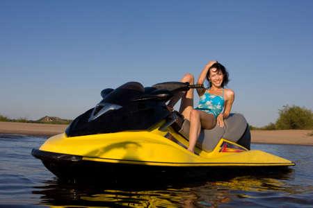 moto acuatica: J�venes sonrientes hermosa ni�a en el jet ski Foto de archivo