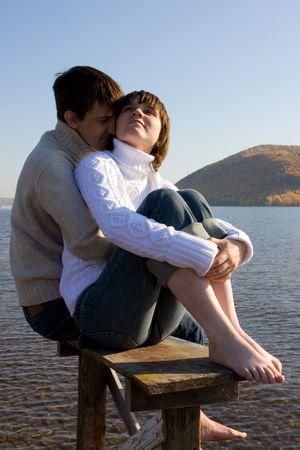verlobt: Zwei glückliche liebende Menschen am Fluss