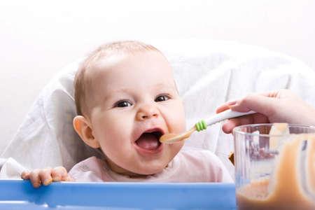 ni�os comiendo: La madre de su hija Linda poco feliz de alimentaci�n