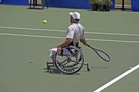 jugando tenis: Obligado atleta en silla de ruedas jugar al tenis