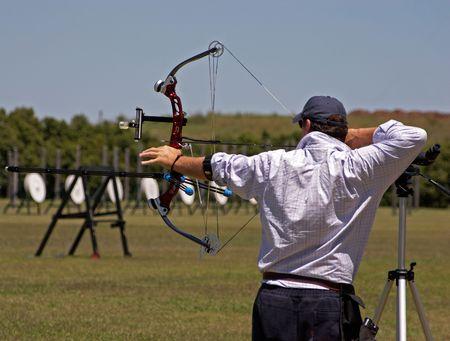 pulleys: Un archer que tira el suyo arco Foto de archivo