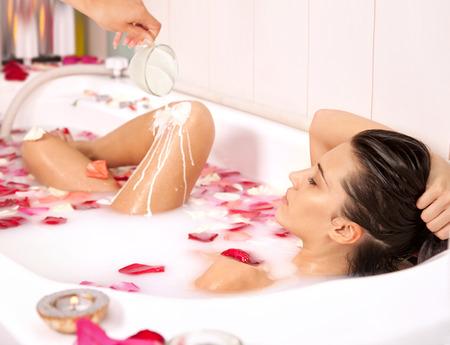 girl naked: Atractiva chica desnuda disfruta de un baño con leche y se levantó tratamiento petals.Spa para la nutrición y la hidratación de la piel renovación