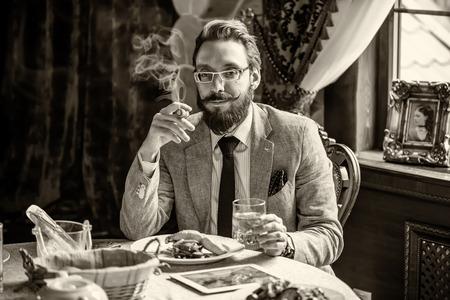 hombre fumando puro: Vintage 1900