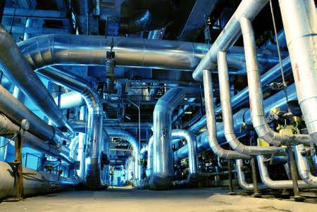 chemical plant: Buizen, pijpen, machines en stoom turbine op een centrale