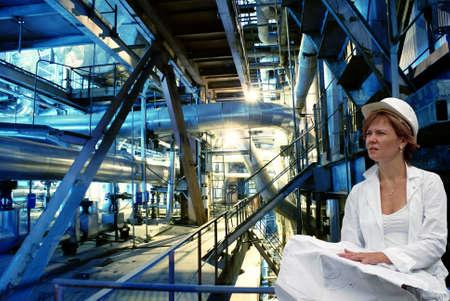 duct: mujer ingeniero, tuber�as, tubos, maquinaria y turbina de vapor en una planta de energ�a Foto de archivo