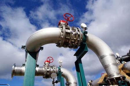 turbina de vapor: tuber�as industriales contra el cielo azul