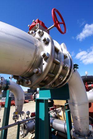 turbina de vapor: ductos industriales de la tuber�a de puente contra el cielo azul Foto de archivo