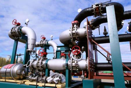turbina de vapor: Tubos, pernos, v�lvulas contra el cielo azul