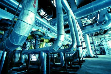 plomeria: de diferente tama�o y forma de las tuber�as en una planta de energ�a Foto de archivo