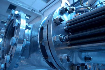 electricidad industrial: Tuber�as, tubos, maquinaria y turbina de vapor en una planta de energ�a