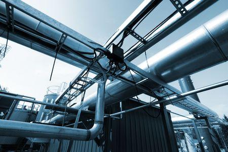 bomba de agua: Tuber�as de acero de la zona industrial, en tonos de azules  Foto de archivo