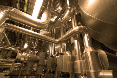 siderurgia: Tuberías de acero de zona industrial, en tonos amarillos