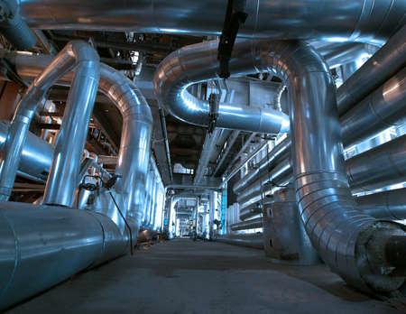 electricidad industrial: Tuber�as de acero de zona industrial, en tonos azules