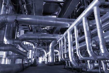 caños de agua: Tuberías de acero de zona industrial, en tonos azules   Editorial