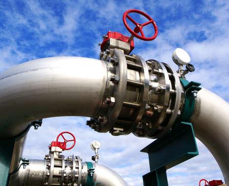 aguas residuales: Zona industrial, tuberías de acero y válvulas contra el cielo azul