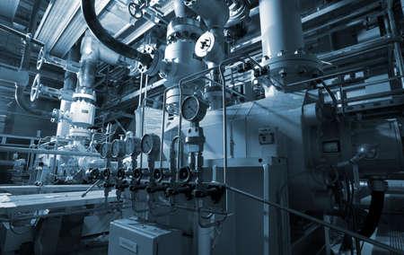 manufactura: Zona industrial, tuber�as de acero y cables en tonos azules
