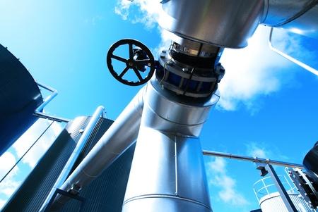 turbina de vapor: Zona industrial, tuberías de acero y cables en tonos azules