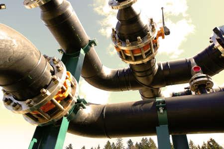 ingenieria industrial: Equipos, cables y tuber�as que se encuentran en el interior de la planta de potencia industrial Foto de archivo