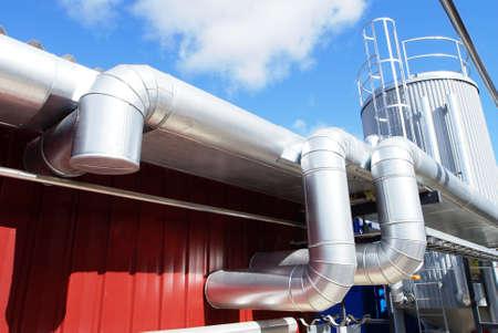 industriale: Zona industriale, tubazioni in acciaio sul cielo blu Archivio Fotografico