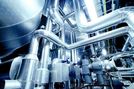 ingenieria industrial: Equipos, cables y tuber�as que se encuentran dentro de una central el�ctrica industrial moderna Foto de archivo