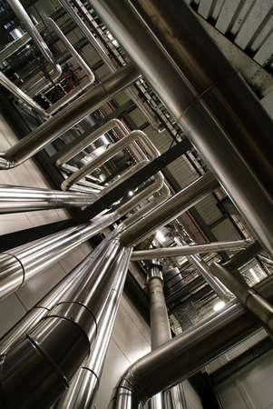industria quimica: Zona industrial, tuber�as de acero, v�lvulas y escaleras