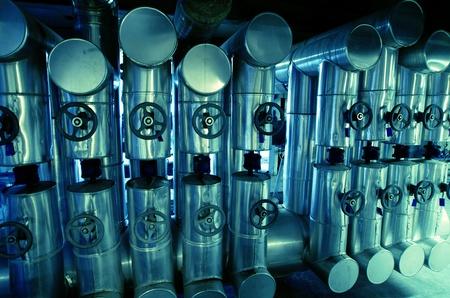 aguas residuales: Zona industrial, tuberías de acero en tonos azules Foto de archivo