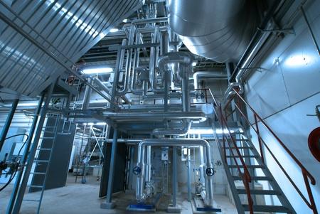 turbina de vapor: Equipos, cables y tuberías que se encuentran dentro de una central eléctrica industrial moderna Editorial