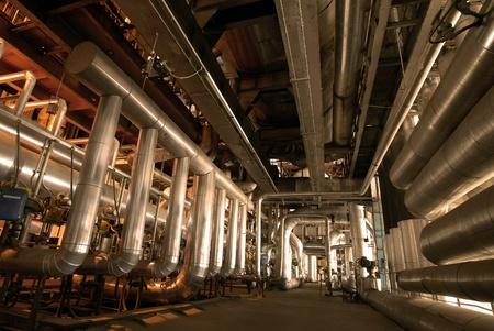 central el�ctrica: Equipos, cables y tuber�as que se encuentran dentro de la planta de energ�a industrial