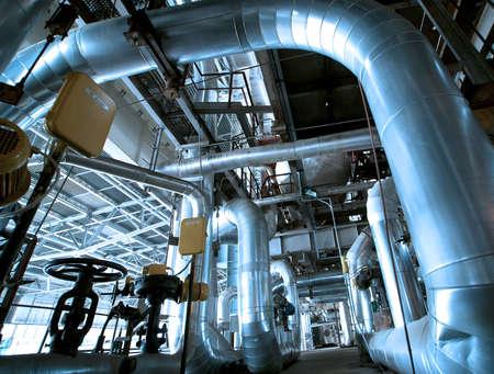 Industrial zone, Steel Pipelines und Kabeln in Blautönen Standard-Bild