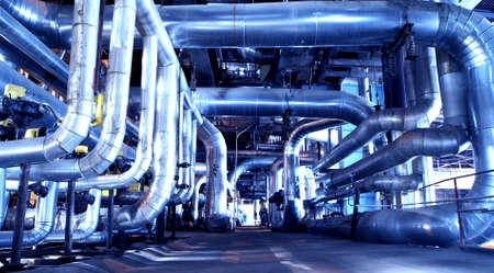 refinería de petróleo: Zona industrial, tuber?as de acero y cables en tonos azules