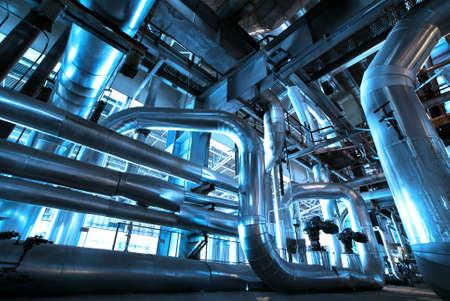 plomeria: Equipos, cables y tuber?as que se encuentran en el interior de la planta de potencia industrial