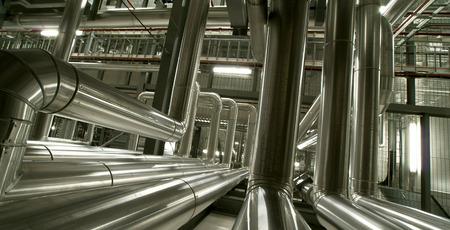 turbina de vapor: Equipos, cables y tuberías que se encuentran dentro de una moderna planta industrial